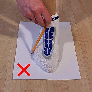 Zweite Grafik, wie man den Fuß nicht mit einem Stift umfahren sollte