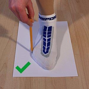Grafik, wie man den Fuß mit einem Stift umfahren sollte
