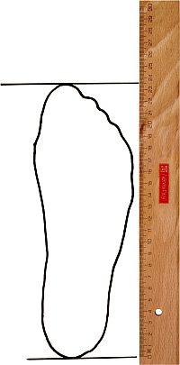 Blatt Papier mit dem abgezeichneten Fuß
