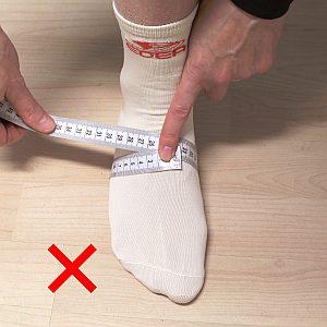 Erste Grafik, wie man die Fußweite am Ballen nicht richtig misst