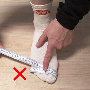 Zweite Grafik, wie man die Fußweite am Ballen nicht richtig misst
