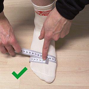 Grafik, wie man die Fußweite am Ballen richtig misst